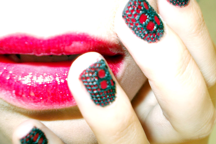 Red lips black lace nail art